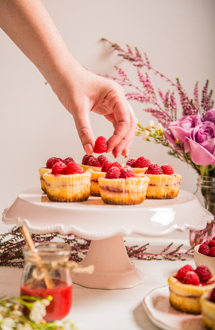 Easy homemade mini cheesecakes with fresh raspberry and a homemade graham cracker crust